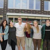 pedagógiai munkatárs szakos tanulók csoportképe az iskola előtt