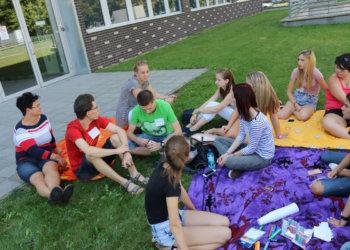 pedagógiai munkatárs szakos tanulók a szabadban, gyakorlati órán vesznek részt