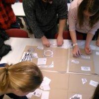 pedagógiai munkatárs szakos tanulók gyakorlati feladatokat oldanak meg az órán