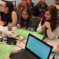 pedagógiai munkatárs szakos tanulók órai feladatot oldanak meg