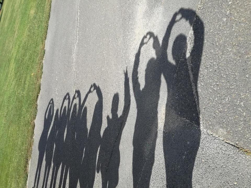pedagógiai munkatárs tanulóink csoportképe, sziluettek