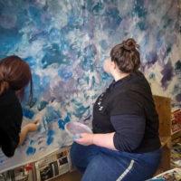 dekoratőr tanulók színházi díszletet készítenek