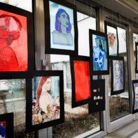 dekoratőr tanuló installációja női arcok különböző technikával ábrázolva