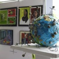 túlnépesedés installáció dekoratőr tanuló által készített papírmasé földgömb rajta drótból hajlított emberalakok
