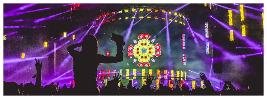 koncertfotó sziluettekkel és színes színpadképpel