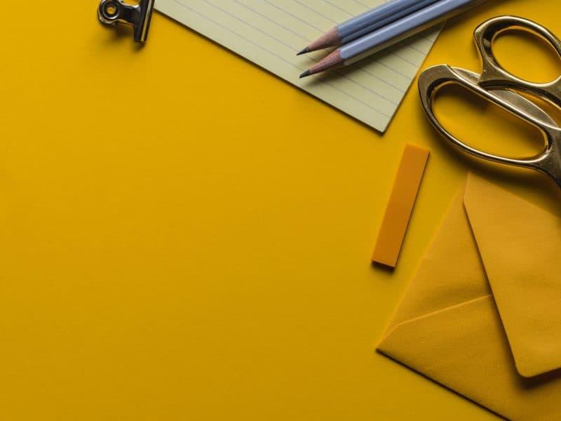 sárga lapon olló ceruzák és sárga boríték